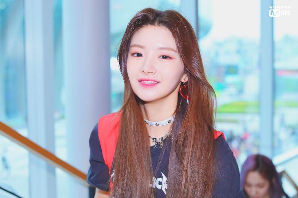 Tags: K-Pop, Everglow, Wang Yiren, Choker, Black Shirt, Window, Mnet