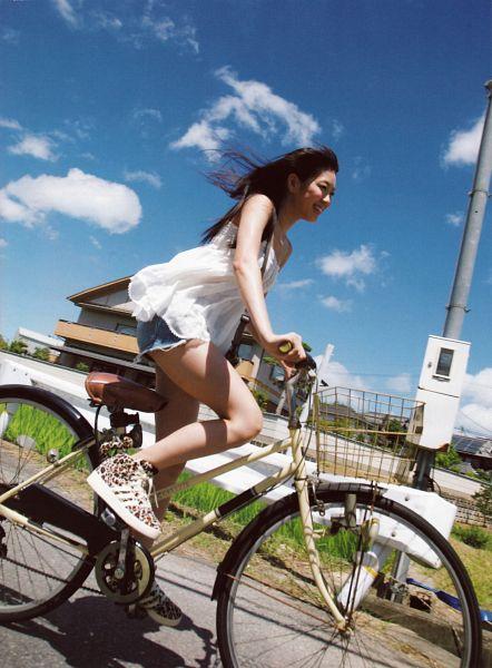 Tags: J-Pop, NMB48, AKB48, Watanabe Miyuki, Sleeveless, Denim Shorts, Sky, Shorts, Basket, Sleeveless Shirt, Jeans, Bare Shoulders