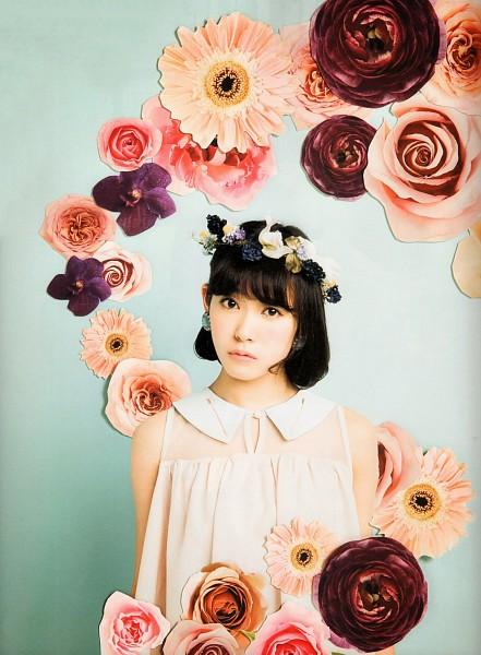 Tags: J-Pop, NMB48, AKB48, Watanabe Miyuki, Medium Hair, Sleeveless, Sleeveless Shirt, Flower, Bare Shoulders, Blue Background, Flower Crown, Light Background