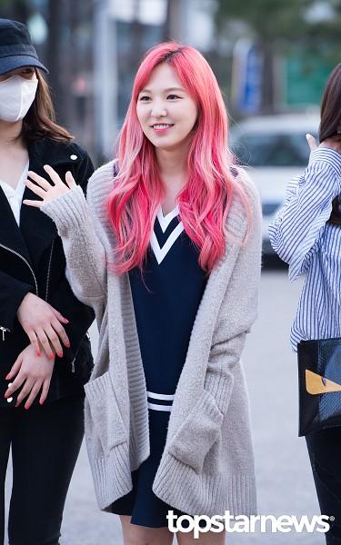 Tags: K-Pop, Red Velvet, SM Town, Wendy, Pink Hair, Mobile Wallpaper