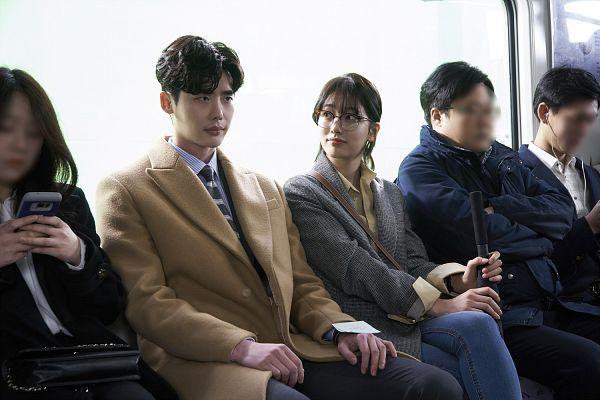 Tags: JYP Entertainment, K-Drama, K-Pop, Bae Suzy, Lee Jong-suk, Yellow Shirt, Coat, Bag, Side By Side, Umbrella, Looking At Another, Duo