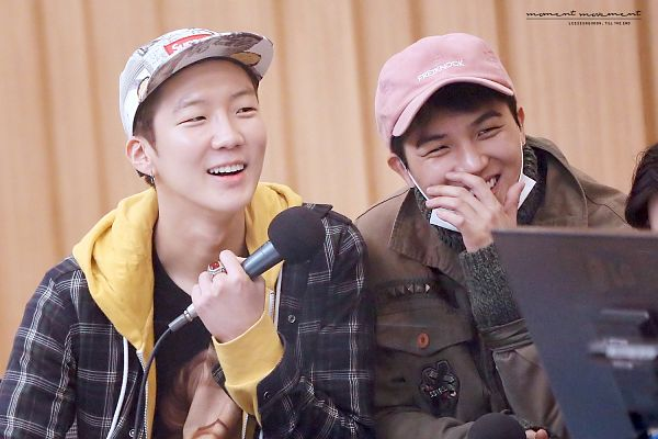 Tags: YG Entertainment, K-Pop, Winner, Lee Seunghoon, Song Minho, Yellow Outerwear, Two Males, Microphone, Mask, Brown Outerwear, Hat, Checkered