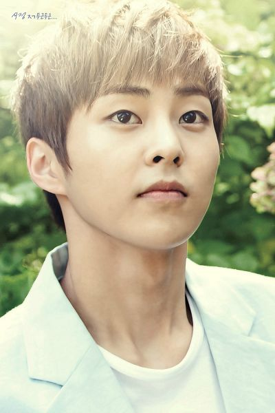 Tags: K-Pop, EXO, EXO-M, Xiumin, White Jacket, Outdoors, Korean Text, Looking Up, White Outerwear, Android/iPhone Wallpaper