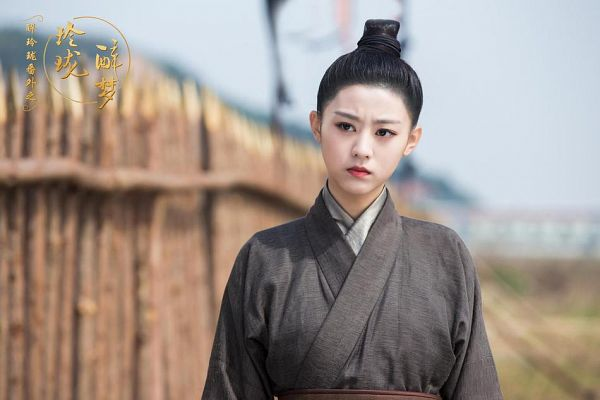 Tags: C-Drama, Xu Muchan, Frown, Hair Buns, Brown Shirt, Hair Up, Chinese Clothes, Sky, Traditional Clothes, Chinese Text, Single Bun, Lost Love In Times: Exquisite Drunken Dream