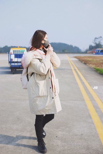 Tags: K-Pop, Xu Yiyang, Outdoors, Shoes, Smartphone, Pink Neckwear, Boots, Black Footwear, Black Pants, Face Mask, White Jacket, Side View