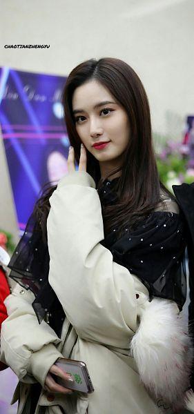 Tags: K-Pop, Xu Yiyang, Phone, Smartphone, Hand In Hair, White Jacket, Nail Polish, White Outerwear, Make Up, Chaotianzhengyu