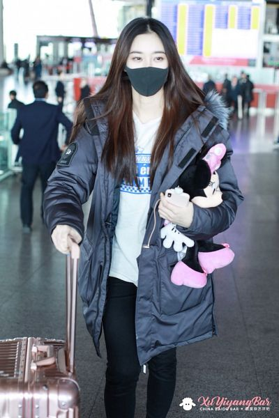 Tags: K-Pop, Xu Yiyang, Stuffed Toy, Looking Away, Airport, Face Mask, Suitcase, Covering Mouth, Walking, Stuffed Animal, Smartphone, Black Pants