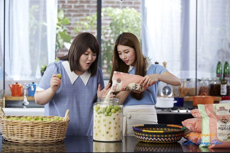 Tags: K-Pop, Miss A, Bae Suzy, Lee Guk-joo, Short Sleeves, Two Girls, Blue Shirt, Duo, Cooking, Xylose