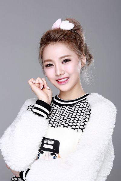 Tags: K-Pop, Bloomy, Yang Yeon-ji, Sweater, Hair Up, Nail Polish, Ponytail, Gray Background, Make Up, Android/iPhone Wallpaper