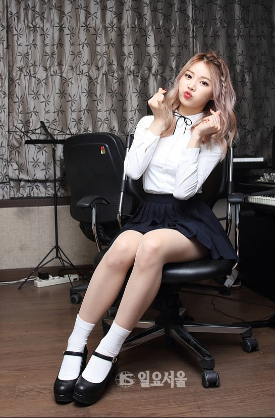 Tags: K-Pop, Bloomy, Yang Yeon-ji, Skirt, Piano, Chair, Black Skirt, Pleated Skirt, Sitting On Chair, Musical Instrument