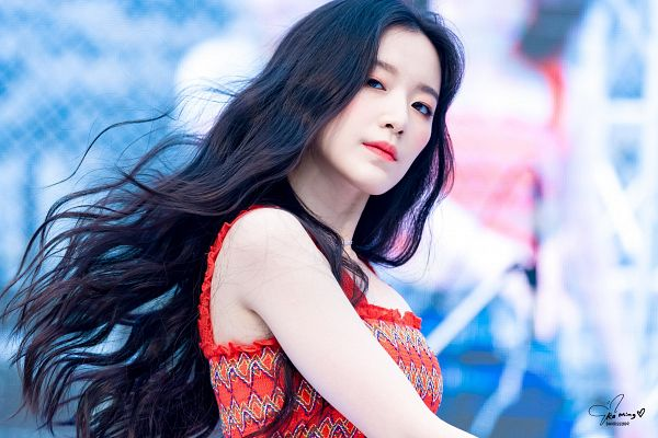 Tags: K-Pop, (G)-I-DLE, Yeh Shuhua, Bare Shoulders, Wavy Hair, Red Shirt, Blue Background, Sleeveless Shirt, Sleeveless