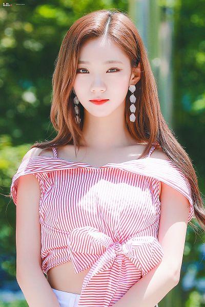 Tags: K-Pop, Cosmic Girls, Yeoreum (Cosmic Girls), Bare Shoulders, Striped Shirt, Outdoors, Striped, Midriff, White Shorts, Sleeveless, Red Shirt, Shorts