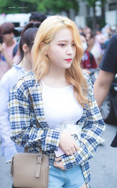 Tags: K-Pop, Red Velvet, Yeri, Wavy Hair, Denim Shorts, Shorts, Phone, Walking, Purse, Jeans, Bag, Holding Object