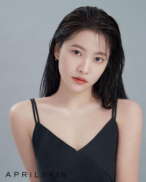 Tags: K-Pop, Red Velvet, Yeri, Sleeveless Shirt, Wet Hair, Bare Shoulders, Collarbone, Text: Brand Name, Sleeveless, Wet, Gray Background, April Skin