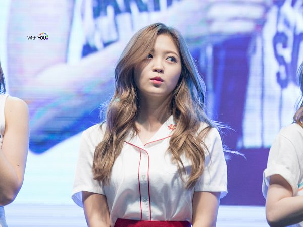 Tags: SM Town, K-Pop, Red Velvet, Yeri, Looking Up, Pouting, Cute, Wavy Hair, Live Performance
