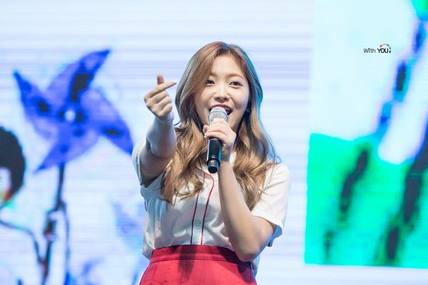 Tags: SM Town, K-Pop, Red Velvet, Yeri, Blonde Hair, Heart Gesture, Microphone, Live Performance
