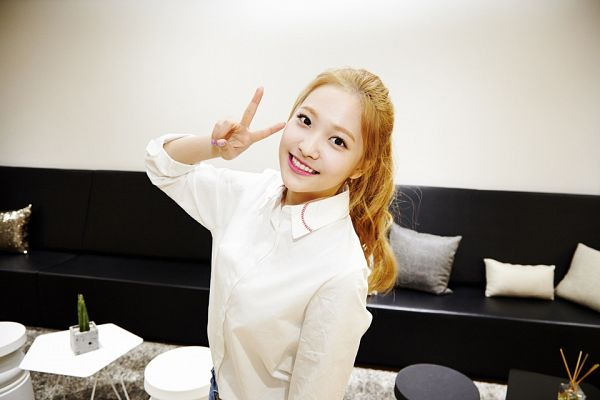 Tags: SM Town, K-Pop, Red Velvet, Yeri, Backstage, Hair Up, Ponytail, V Gesture, Couch