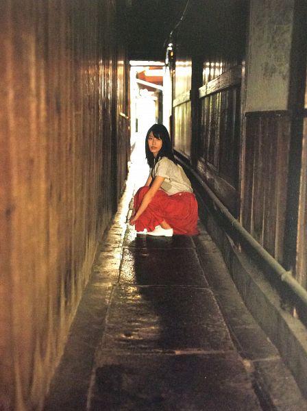Tags: J-Pop, AKB48, Yokoyama Yui, Red Skirt, White Footwear, Crouching, Android/iPhone Wallpaper