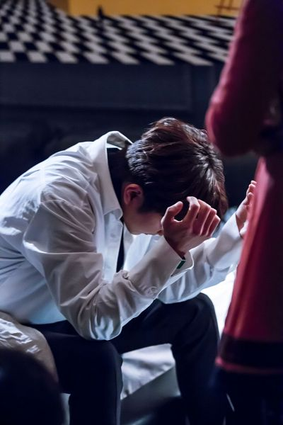 Tags: K-Drama, Yoo Seung-ho, Pillow, Collar (Clothes), Sitting, Sad, Bed, Turtleneck, Black Shirt, Blanket, Bent Knees, I'm Not a Robot