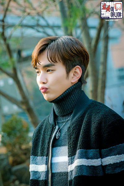 Tags: K-Drama, Yoo Seung-ho, Text: URL, Sweater, Pouting, Korean Text, Collar (Clothes), Turtleneck, Black Shirt, Text: Series Name, I'm Not a Robot