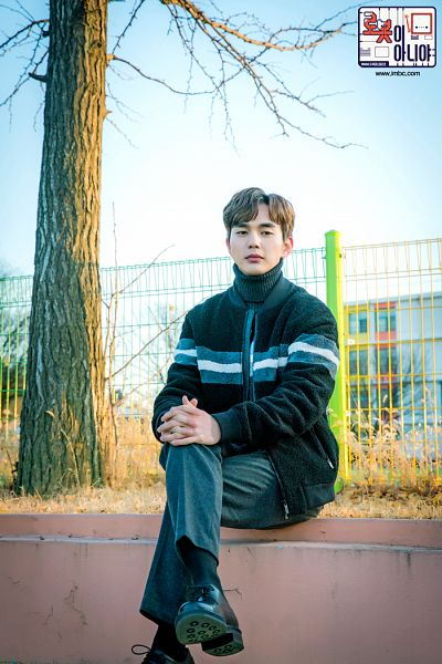 Tags: K-Drama, Yoo Seung-ho, Interlocked Fingers, Socks, Sweater, Turtleneck, Korean Text, Collar (Clothes), Text: Series Name, Black Footwear, Black Shirt, Text: URL