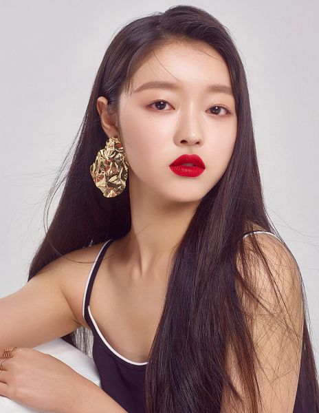 Tags: K-Pop, Oh My Girl, Yooa, Black Eyes, Earrings, Black Shirt, Bare Shoulders, Red Lips, Ring, Sleeveless Shirt, Gray Background, Sleeveless