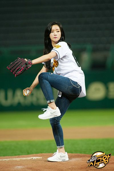 Tags: K-Pop, Apink, Yoon Bo-mi, Baseball Glove, Ball, Baseball, Baseball Ball