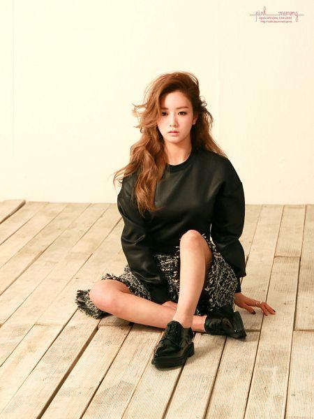 Tags: K-Pop, Apink, Yoon Bo-mi, Sitting On Ground, Pink Memory