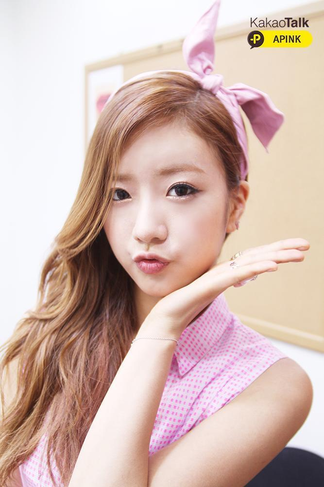 Tags: K-Pop, Apink, Yoon Bo-mi, Bow, Hair Bow, Hair Ornament, Sleeveless, Checkered Shirt, Pink Shirt, Pink Headwear, Bracelet, Sleeveless Shirt