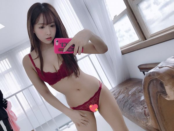 Tags: K-Pop, Honey Popcorn, Yua Mikami, Couch, Looking Down, Midriff, Curtain, Lingerie, Hand On Leg, Light Background, Bare Shoulders, Bra