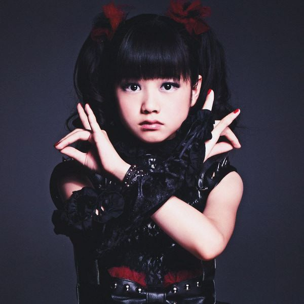 Tags: J-Pop, Babymetal, Yuimetal, Black Outfit, Wavy Hair, Nail Polish, Blunt Bangs, Bare Shoulders, Twin Tails, Black Dress, Sleeveless Dress, Gloves