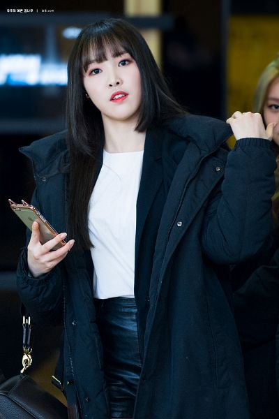 Tags: K-Pop, G-friend, Yuju, Black Shorts, Blunt Bangs, Looking Ahead, Backpack, Bag, Shorts, Black Outerwear, Phone, Black Jacket