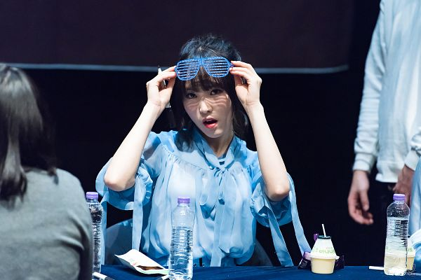 Tags: K-Pop, G-friend, Yuju, Pen, Holding Object, Blue Outfit, Hair Up, Blunt Bangs, Bottle, Ponytail, Wallpaper, Fansigning Event