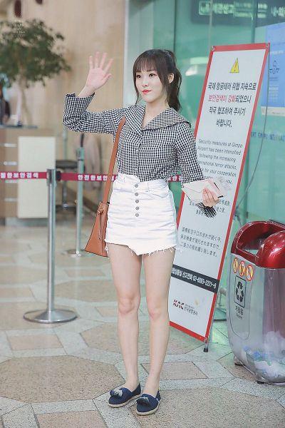 Tags: K-Pop, G-friend, Yuju, Ponytail, Korean Text, Full Body, Bare Legs, Black Shirt, Skirt, Black Footwear, Looking Ahead, Hair Up