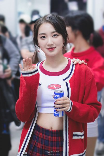 Tags: Hunus Entertainment, K-Pop, Elris, Yukyung, Red Outerwear, Multi-colored Skirt, Wave, Checkered, Midriff, Skirt, Checkered Shirt, Holding Object