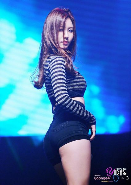 Tags: K-Pop, Girls' Day, Yura, Blue Background, Looking Away, Silver Shirt, Butt, Bare Legs, Striped Shirt, Shorts, Striped, Looking Back