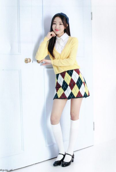 Tags: K-Pop, LOOΠΔ, New, Yves, Multi-colored Skirt, Skirt, Hairband, Chin In Hand, Black Footwear, Wall, Full Body, Checkered