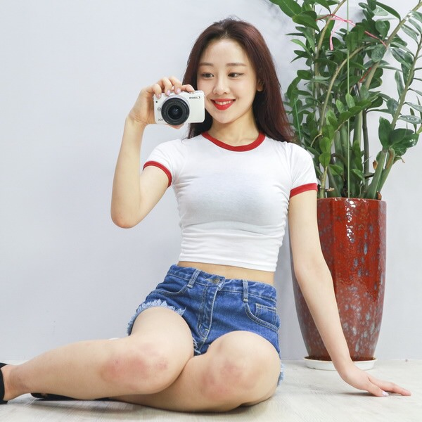 Tags: K-Pop, Fashion, LOOΠΔ, Yves, Camera, Red Lips, Shorts, Short Sleeves, Jeans, Sitting On Ground, Holding Object, Denim Shorts