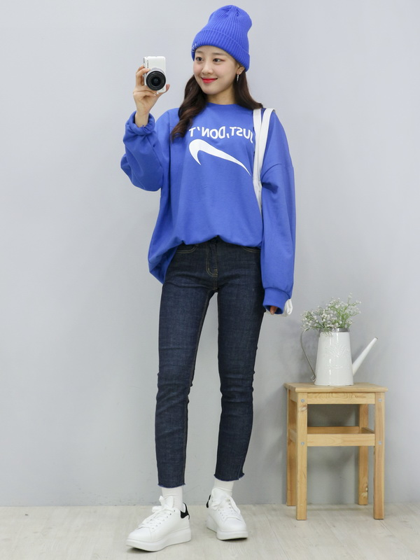 Tags: K-Pop, Fashion, LOOΠΔ, Yves, Camera, Sweater, Sneakers, Shoes, Bag, Holding Object, Socks, Make Up