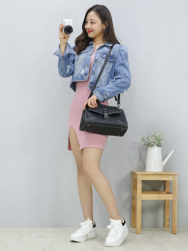 Tags: K-Pop, Fashion, LOOΠΔ, Yves, Sneakers, Shoes, Bag, Holding Object, Wavy Hair, Pink Outfit, Light Background, Pink Dress