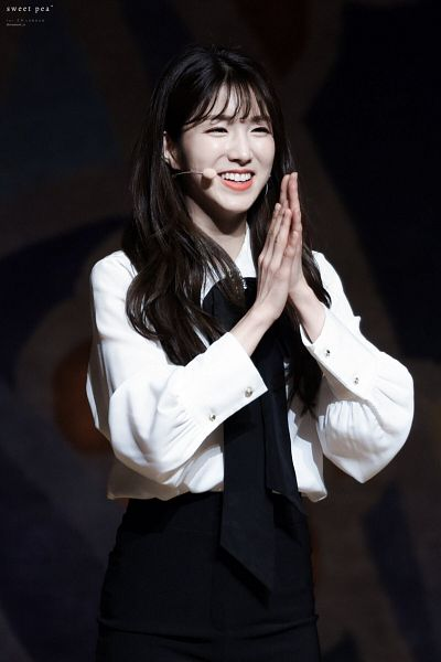 Tags: K-Pop, Laboum, ZN, Dark Background, Black Background, Bow, Clapping, Black Pants, Looking Ahead