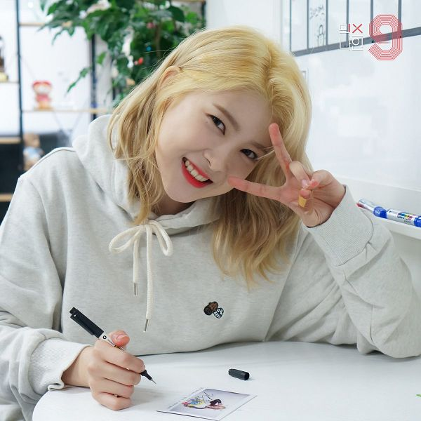 Tags: Television Show, K-Pop, A-Daily, ZU, Hoodie, Blonde Hair, Writing (action), V Gesture, Head Tilt, MIXNINE