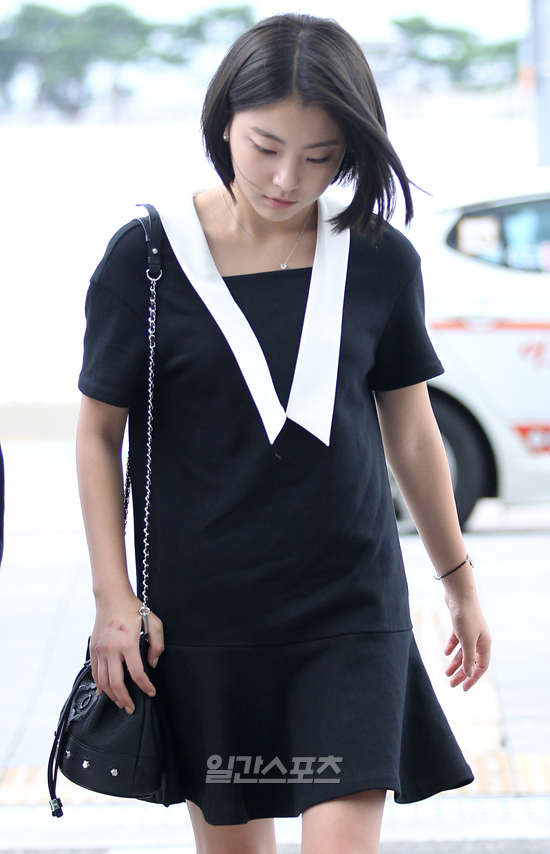 Tags: K-Pop, Ladies Code, Zuny, Bag, Black Dress, Looking Down, Walking, Looking Ahead, Black Outfit