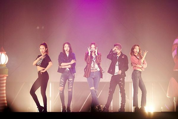 Tags: SM Town, K-Pop, f(x), Luna, Victoria Song, Sulli, Krystal Jung, Amber Liu, Boots, Midriff, Full Group, Crossed Legs (Standing)
