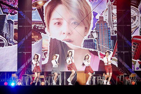 Tags: SM Town, K-Pop, f(x), Sulli, Amber Liu, Krystal Jung, Luna, Victoria Song, Looking Ahead, Bare Legs, Leg Up, Red Skirt