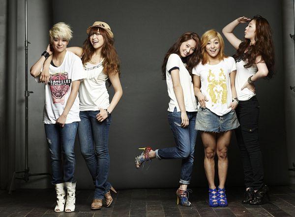 Tags: SM Town, K-Pop, f(x), Victoria Song, Sulli, Amber Liu, Krystal Jung, Luna, Arm Around Shoulder, Quintet, Leg Up, Jeans