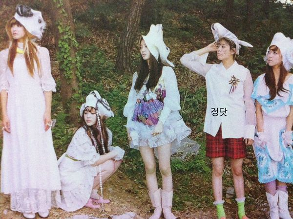 Tags: SM Town, K-Pop, f(x), Sulli, Krystal Jung, Amber Liu, Luna, Victoria Song, Five Girls, White Headwear, White Dress, Blue Outfit