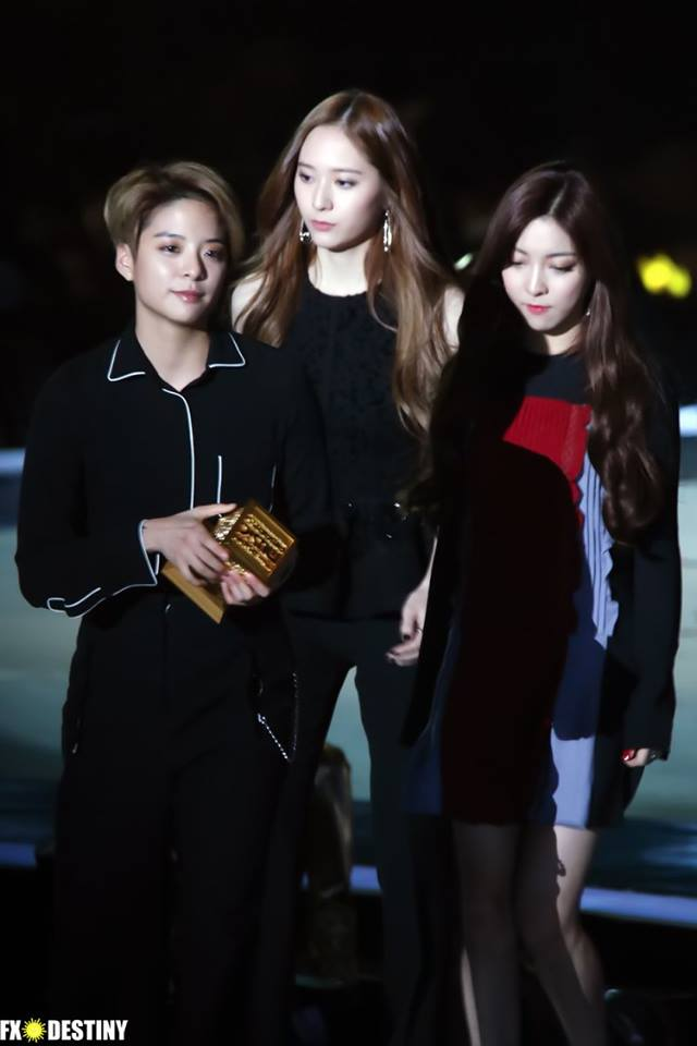 Tags: SM Town, K-Pop, f(x), Krystal Jung, Amber Liu, Luna, Looking Away, Looking Down, Black Outfit, Black Pants, Looking Ahead, Black Background