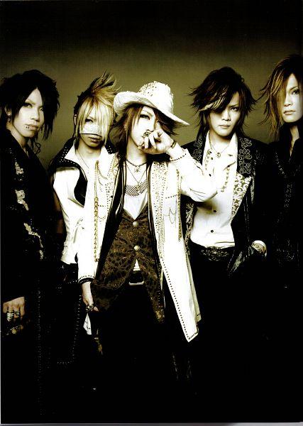Tags: J-Pop, the GazettE, Reita (the GazettE), Aoi (the GazettE), Uruha (the GazettE), Ruki (the GazettE), Kai (the GazettE), Black Outerwear, Black Jacket, Brown Background, Looking Away, Five Males