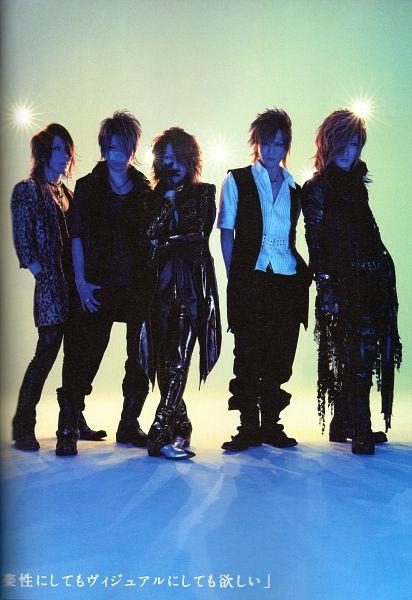 Tags: J-Pop, the GazettE, Reita (the GazettE), Aoi (the GazettE), Uruha (the GazettE), Ruki (the GazettE), Kai (the GazettE), Shoes, Quintet, Group, Green Background, Black Outerwear